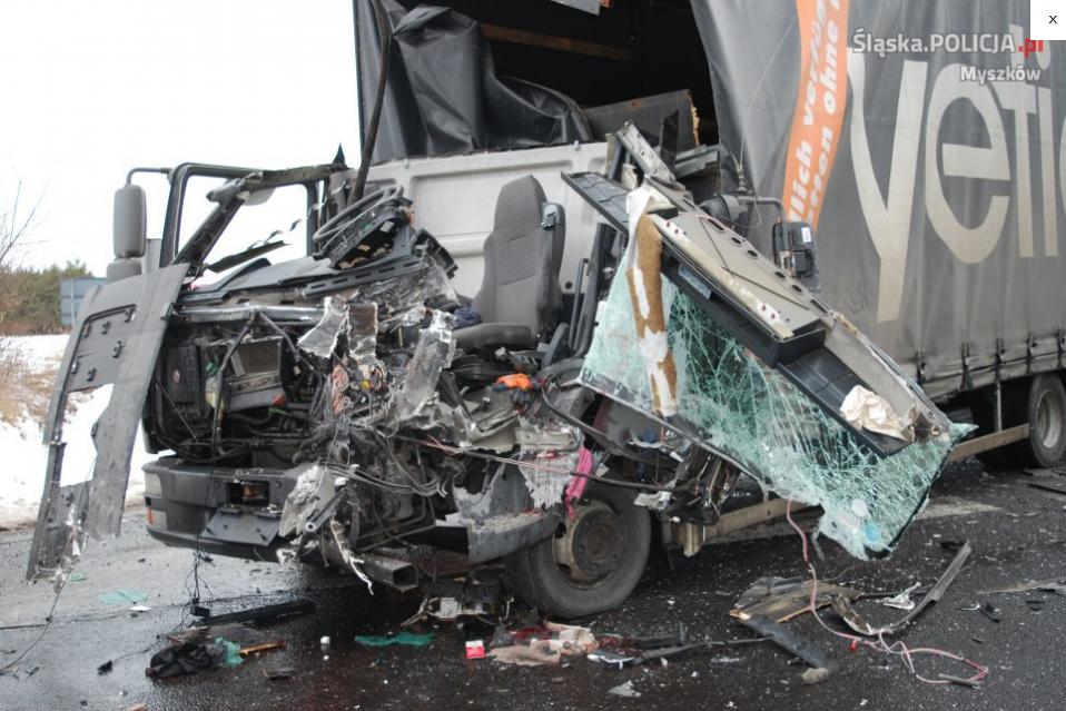 17_01_wypadek z udziałem dwóch ciężarówek